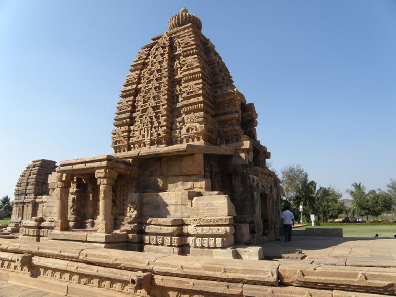 The most striking feature of this temple is its majestic Shikhar. You see the temple plinth is quite big which seems to indicate that the temple was originally a much larger one. The high curvilinear sikhara comprises 4 bhumis marked by the karna-amalakas and has a vertically bold jalaka of laced tiny niches. The Galaganatha, Kadasiddheswara, Jambulinga, Papanatha and Kashi Visvesvara temples are made in the North Indian style.