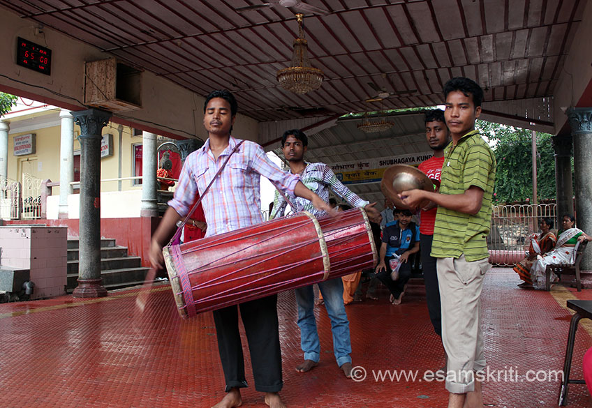 In this waiting area are local musicians who keep you engaged and fill the place with good vibes. Various festivals at Kamakhya are ``Puhab Biya, Durga Puja, Ratani Shyama Puja, Durga Deol, Basanti Puja, Madan Chaturthi and Rajaswari Puja``.