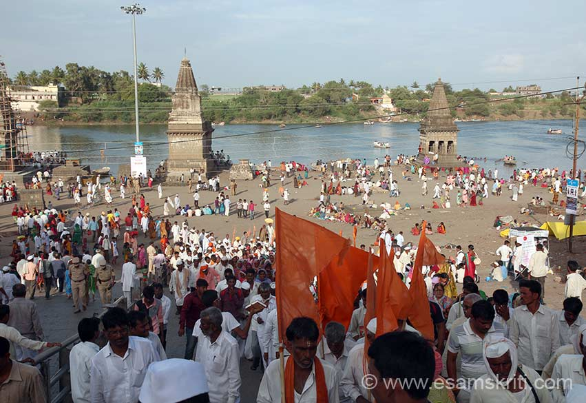 Left of pic is from where devotees walk down to Chandrabhaga river that you see in pic. After a bath they go for darshan to Vitthala Temple. As I mentioned earlier the devotees had to wait for over 40 hours for darshan, it was so crowded. On either side of steps were two old structures made by the Scindias and Holkars. Shri Dwarkadish Mandir is in active worship and maintained by the Scindia Trust. The Holkar structure is in ruins. Post decline in Mughal rule the Marathas made number of temples and ghats across Central and Western India for eg Somnath, Kashi,