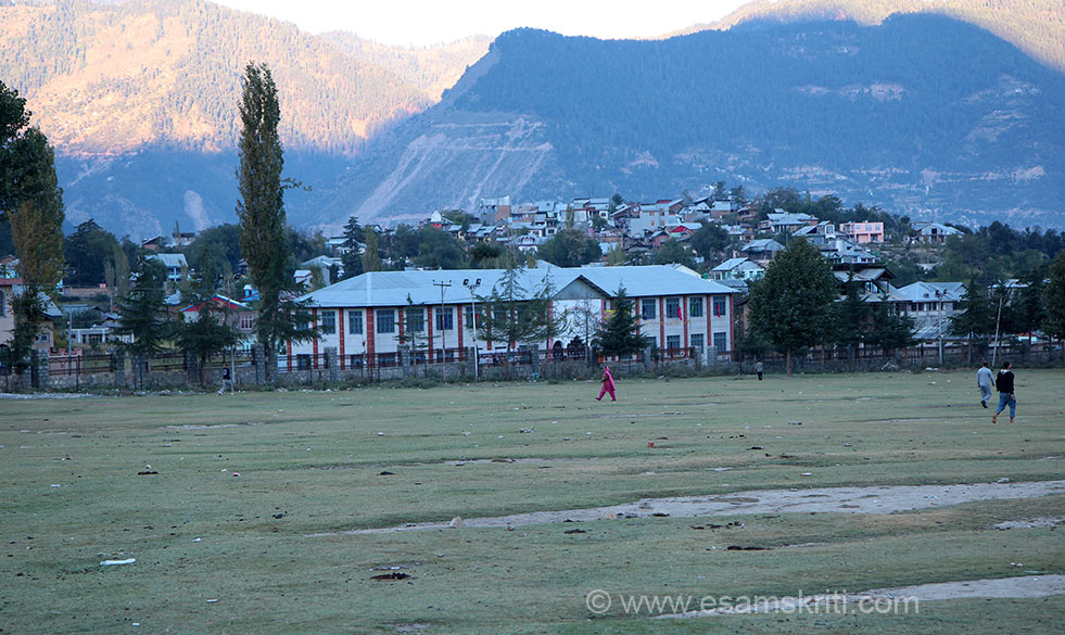Side view of maidan. Structure right in centre of pic is a school. Behind that homes that you see is a village. Here villages are close to the main town. Kishtwar has a culture and history of its own and was never part of Kashmir Valley. Locals speak Kishtwari while others speak Kashmiri.