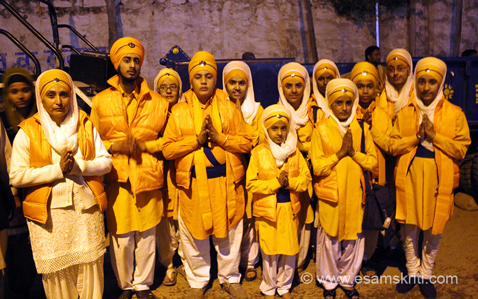 Hola Mohalla is also an occasion to sport traditional dress. At about 8.30 pm met this lovely group of children.