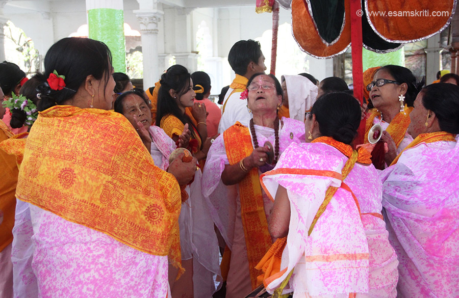 Devotees singing inside the temple - enjoying every minute. Editor - I spent 10 days in Manipur for Sangai Festival 2014. Had a great time. Manipuris lovely people. U also get North and South