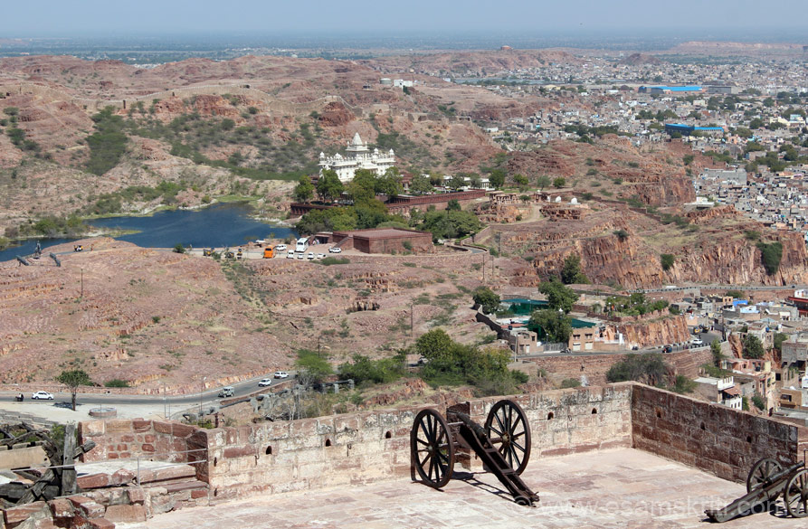 This is the open area that u see on getting off the lift. Canons are in front. Centre of pic u see cars driving up the hill. White monument in centre of pic is Jaswant Thada, more on that 