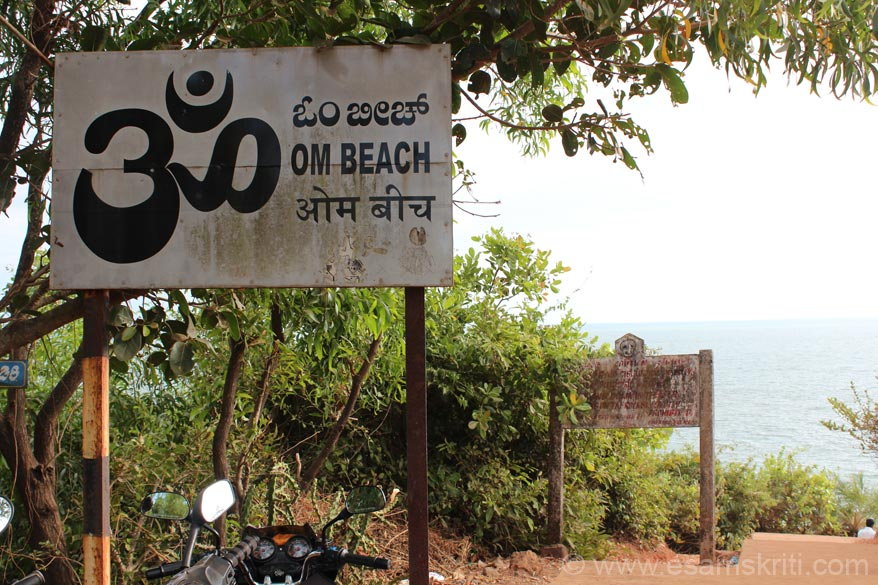 Walked about 20 minutes from Kudli to Om beach. Easy walk. From this point u turn right to walk down that can be a challenge a some esp coming up. Tourist also come by autos/cars from Gokarna