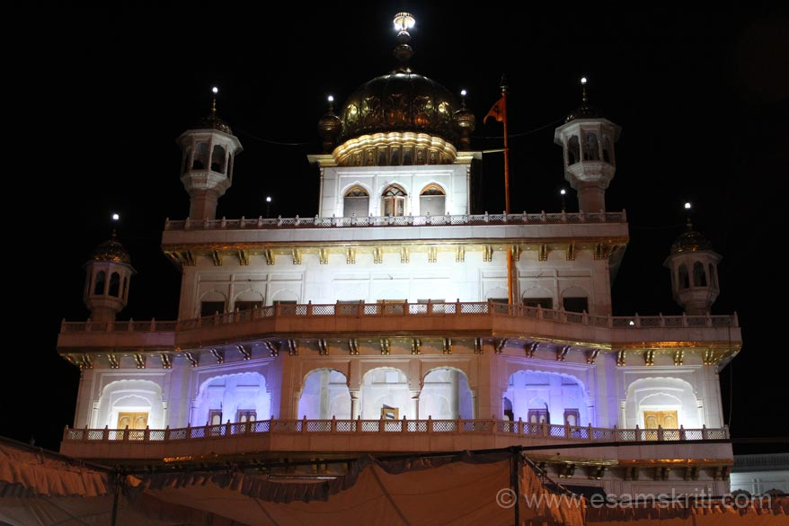 A late evening view of the Akal Takht. Bottom of pic u can see shamina thus not able to get top to bottom view.