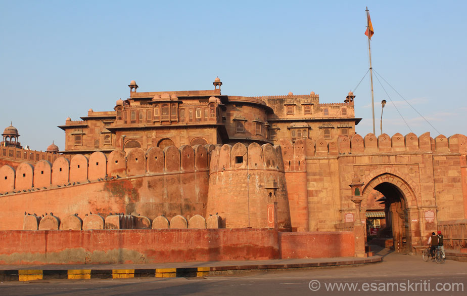 Right of pic is east facing main entrance known as Karan Pol. Next to it is sun gate or Suraj Pol. At the time of his death in 1504 Rao Bikaji had 3000 villages under his rule. In the 16th