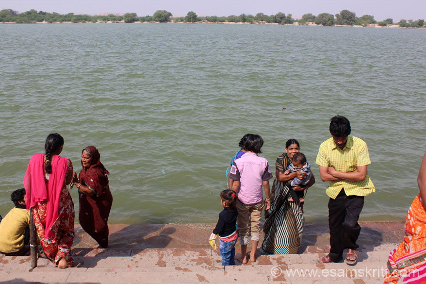 50 kms from Bikaner is Kolayatji, an ancient pilgrimage spot with temple of Kapil Muni. It has a huge artificial lake that you see in the pic with many temples on lake banks, reminded me of  Pushkar. Saw nos of devotees take a holy dip, u see some. Place is very quiet and serene, has very positive vibrations. Did not feel like leaving the place. Lake was full with waves as u can see.