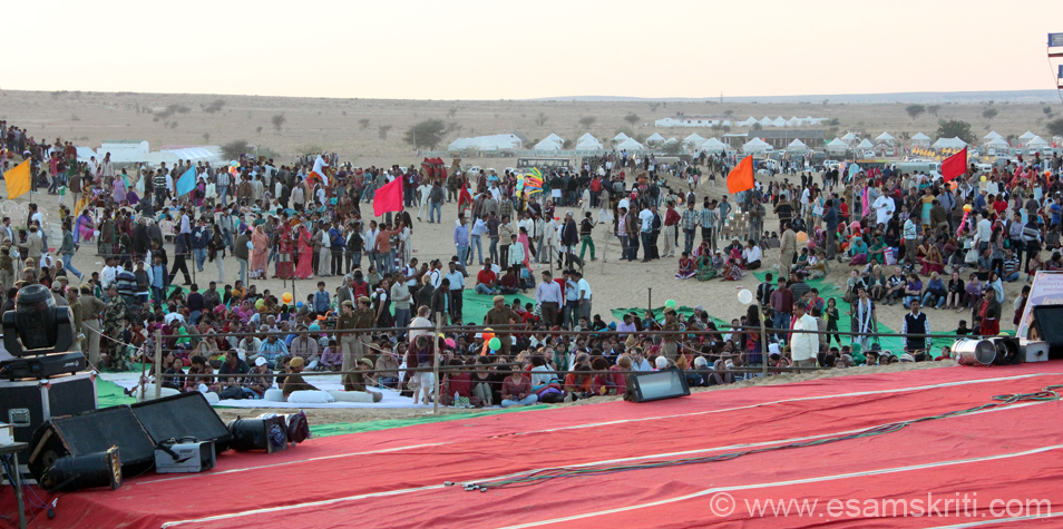 An overview of the crows gathered for the cultural program that evening and u see some tents in the background. Typically tents that are close to the dunes are expensive and ones a 