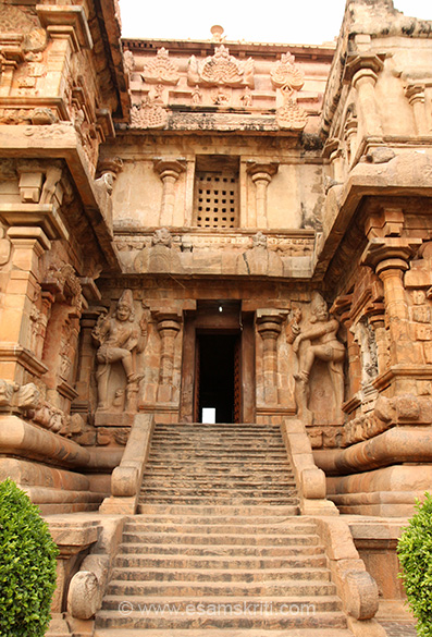 This is Karpa Dwaram steps. Dwarpalas on either side of entrance. Similar to Big Temple Thanjavur.
