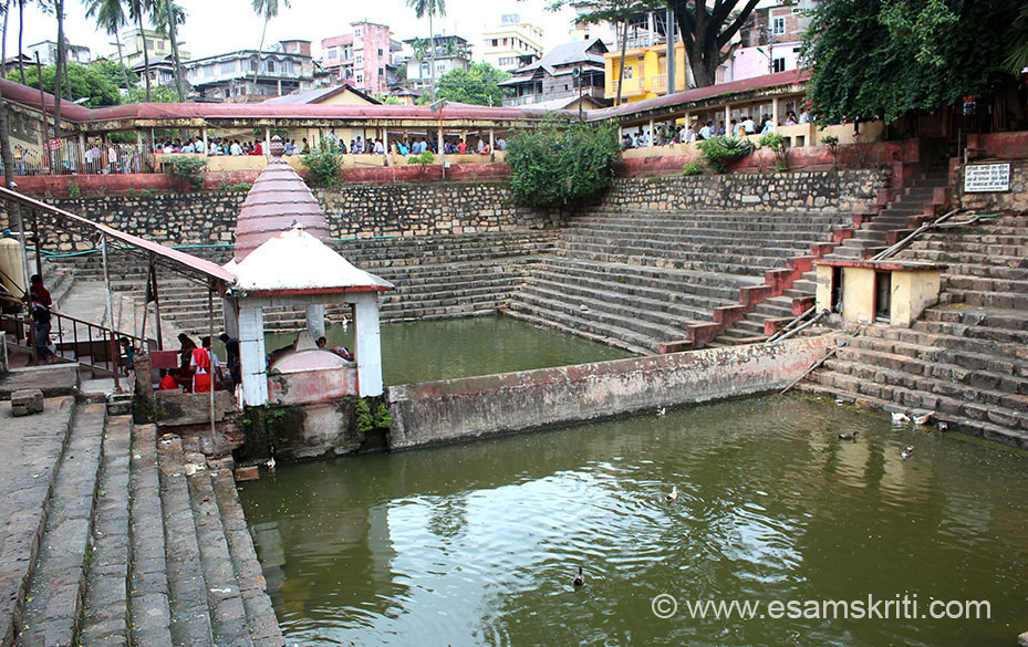 From entrance turn right you see Holy Pond. It is like the South Indians temples who also have a holy pond, although they are much bigger. Behind pond you see devotees standing in line.