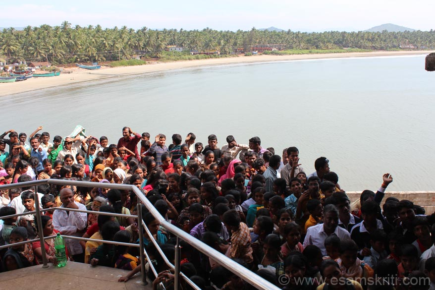 U see devotees waiting to enter the dining hall. There is a beach on either side of the gopuram. What u see is the beach on the left side, it is used by fisherfolk not frequented by