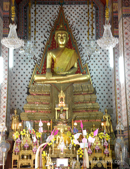 You see a Buddha image inside one viharan. To know more <a href=http://thailand-travel.suite101.com:80/article.cfm/wat_arun_the_temple_of_dawn_in_bangkok target=_blank>Click here</a>
