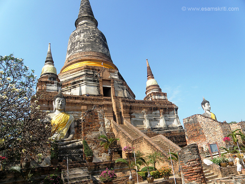 An overview of the Wat. It has a huge stupa in the centre with Buddha image on either side and steep steps to climb up.