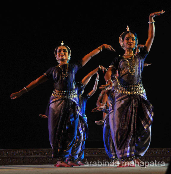 Last item in Odissi was Viswas interplaying ``Guruwari`` and ``Dohas`` of Sant Kabir. First time seen Odissi dancers perform. So graceful, amazing. Tempted to visit Konarak in 2016.