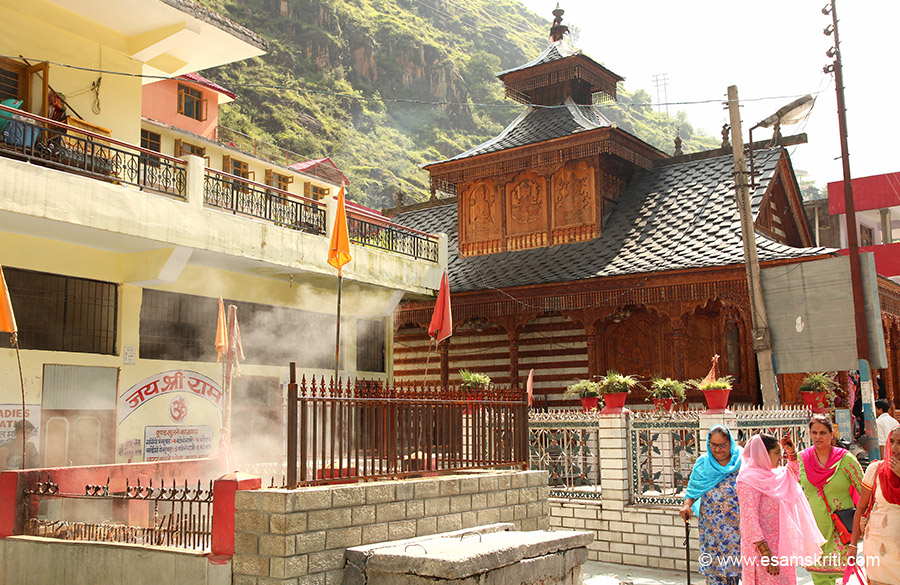 Side view of temple, in front are hot water springs that are seen at various points in Manikaran. It is however all on this side of the river.