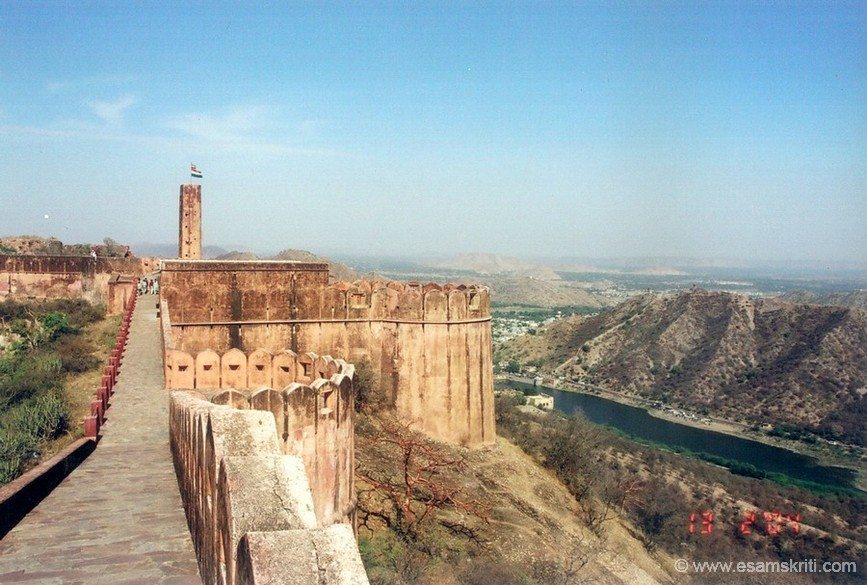 Above Amber is older imposing Jaigarh Fort. Built in 1726 by Jai Singh it was never captured and so has survived virtually intact through the centuries. The fort, with its water reservoirs, puppet theatre and cannon Jayvan is a must see. Here is a view of the fort. Whenever the flag flies high it indicates the Maharaja is in the fort as you can see at the end of the picture. The water that you see is the Maota Lake in front of Amber fort.