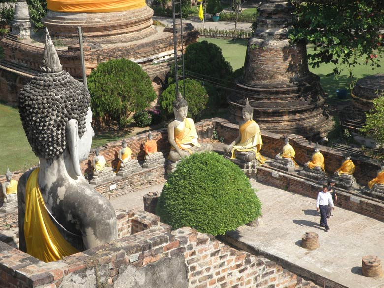 The wall surrounding the Wat has Buddha images on all sides. Clicked this picture from the high point in stupa. You see two Buddha images in one corner with a smaller ones on either side.