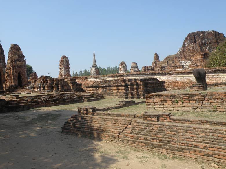 An overview of the ruins of Wat Phra Mahathat.
