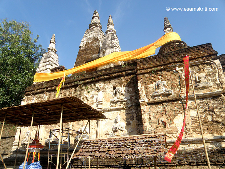 A few kms away is Wat Chet Yot. You see a large ancient Cheddi ie decorated with beautiful stucco statues that u shall see in the next picture. On the roof are 5 square chedis and 2 bell shaped chedis. For this reason it is called `Wat Jedyod` or temple of seven spires.