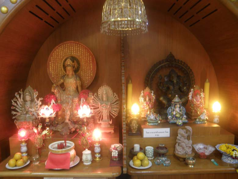 The tuk-tuk driver took me to a shop selling pearls and jewellery. As I walked around saw the Gods in the centre of her office, one of whom is Lord Ganesh. In fact u can see about five to six images of Ganesha.