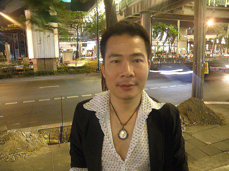 You see Seri, a Thai whom I met in the train while returning from the Siam Niramit cultural show. What got me talking to him was the locket of Lord Ganesha that he wore round his neck. I am eternally grateful to him for giving me information about various Hindu symbols in Bangkok.