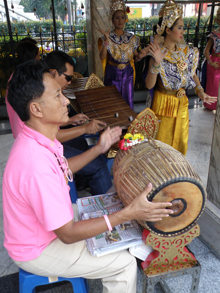 A couple of musicians play very soothing music. You see them, the first one has what looks like a Mridanga. According to a friend there seems a similiarity between Manipuri and Thai dance.