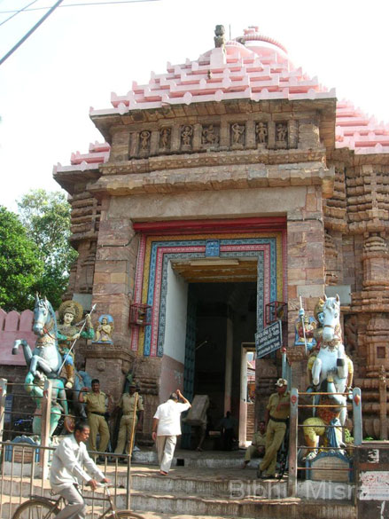 There are three other entrances facing north, south and west. They are named after the sculptures of animals guarding them. The other entrances are the Hathidwara or the Elephant Gate, the Vyaghradwara or the Tiger Gate and the Ashwadwara or the Horse Gate. This is the Ashwadwara i.e. the Horse Gate