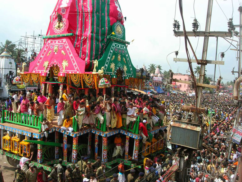 Look at the number of temple priests (pandas) on top of the chariot. They are having the ride of their life! Not only is this unsafe, but it also prevents the devotees from catching a glimpse of the dieties inside the chariot.