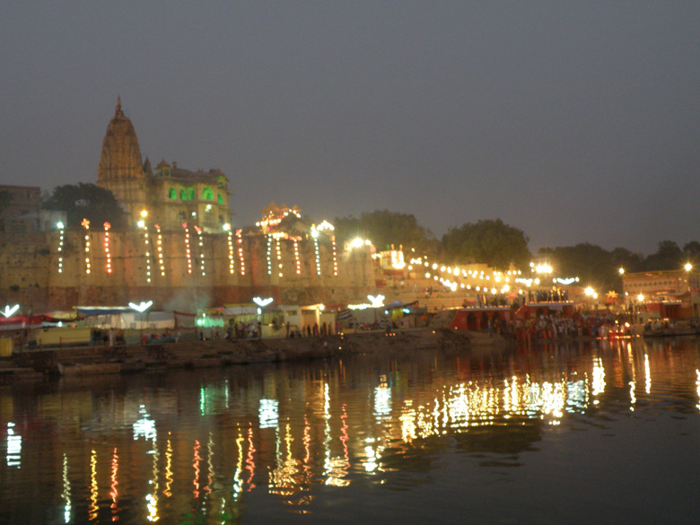 Similiarly you see a picture of a fully illuminated Keshorai Patan temple on the banks of the river Chambal Kota, India. Although the picture was clicked on occasion of Bundi Fair 2009, temples in India are similiarly lit up during Diwali.