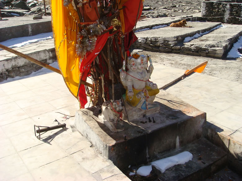 Manimahesh mandir. On the Radhasthami day, pilgrims take the holy dip amid the chanting of mantras. Thereafter, pilgrims offer prayers to Mount Kailash and make floral offerings at the image of Lord Shiva established on one side of the lake