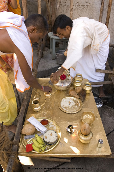 Jain laymen getting ready for the daily ritual adoration of Bhagavan Gommateshvara Bahubali.