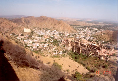 Above the Amber Fort lies the Jaigarh Fort or Fort of Victory. Taken from Jaigarh fort this picture shows you Amber fort below. (to the right of the picture). Situated in the north of Jaipur, the Jaigarh Fort has more or less same structure as of Amber Fort and provides some excellent view of the city of Jaipur and the Amber Fort.
