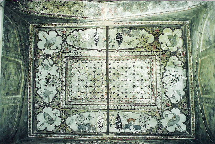The Raj Mahal complex in Orchha has very good paintings. This picture is one of the ceilings in Raj Mahal. After hundreds of years it looks very good.