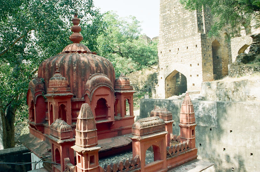 Rani of Jhansi initially lived in the Fort but later on moved to Rani Mahal.