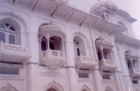 A closer view of the main Gurduwara.