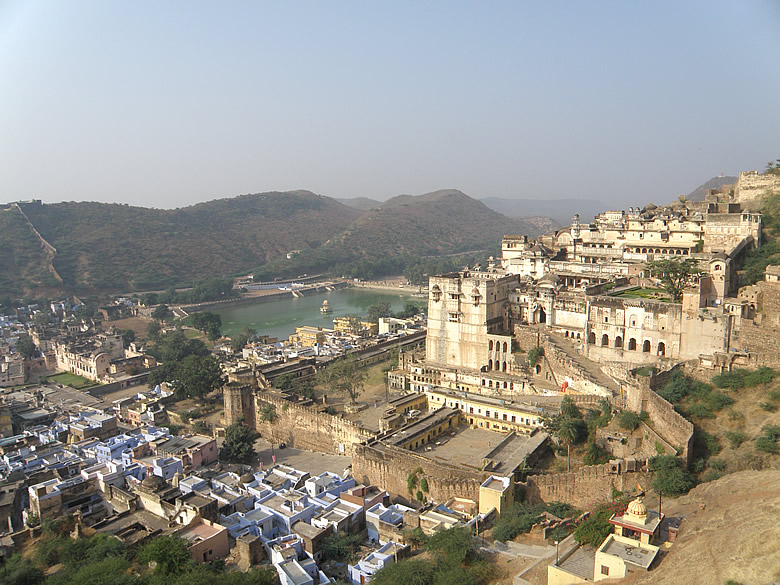 A view of Bundi palace and Nawal Singh. Note the left side of the picture. You see the fort wall extends up to there.