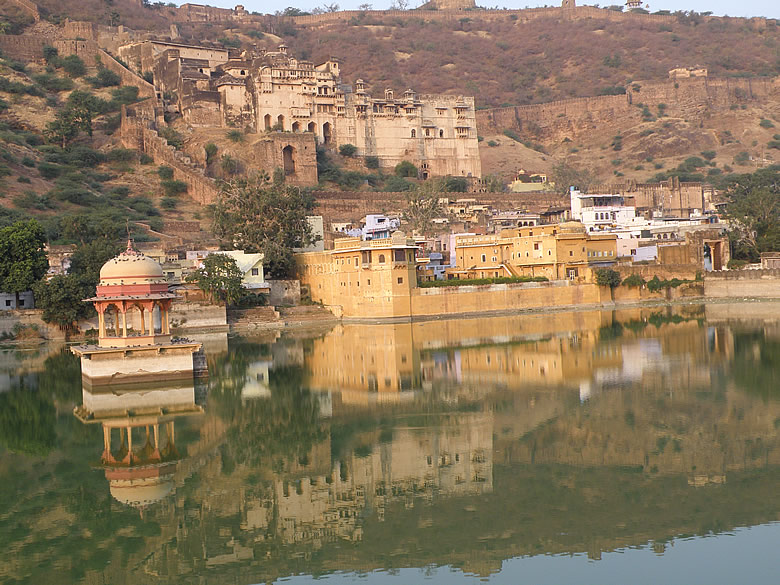 See the reflection of the Bundi Palace in the waters of Nawal Sagar. Clicked this about 5pm. Except the next few clicked all other pictures in the morning. Best time is 6.30 to 8.30am.