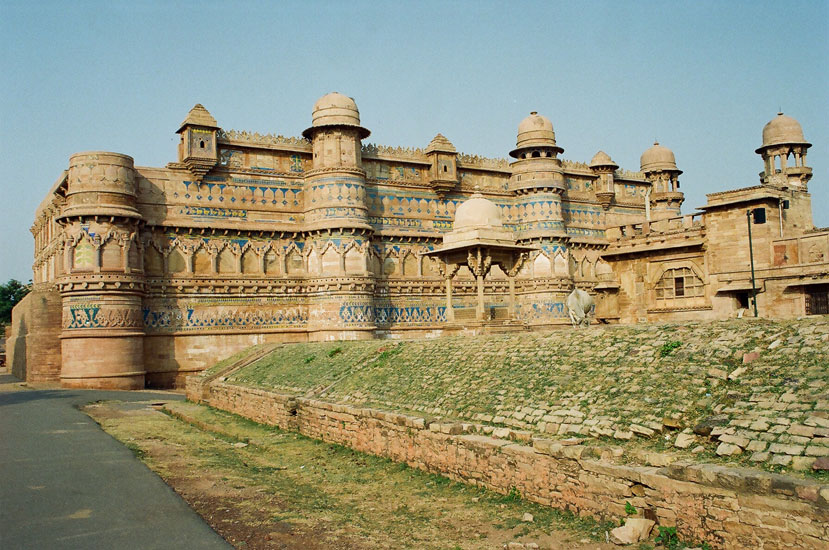 On entering the fort from the gate that you saw earlier, come into a large open area that you see. The chhatri that you see right in front on an elevated level is where the Raja sat. The area behind that is where the subjects sat and today a Light & Sound Show is held.