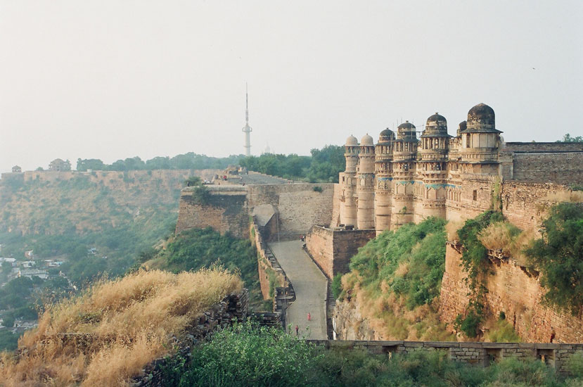 The earliest historical mention of the fort is found in an inscription on a sun temple i.e. 525 a.d. A total of 110 kings ruled over it spread over five dynasties i.e. Kachhawaha Rajputa, Tomar, Lodhi, Mughal and Scindia-1777. The outer wall of the fort stands two miles in length, 35 feet high. The fort wall has a 10 km radius. Extreme left is Sas Bahu temple. Far end is a Gurudwara. You see the eastern entrance to the fort.