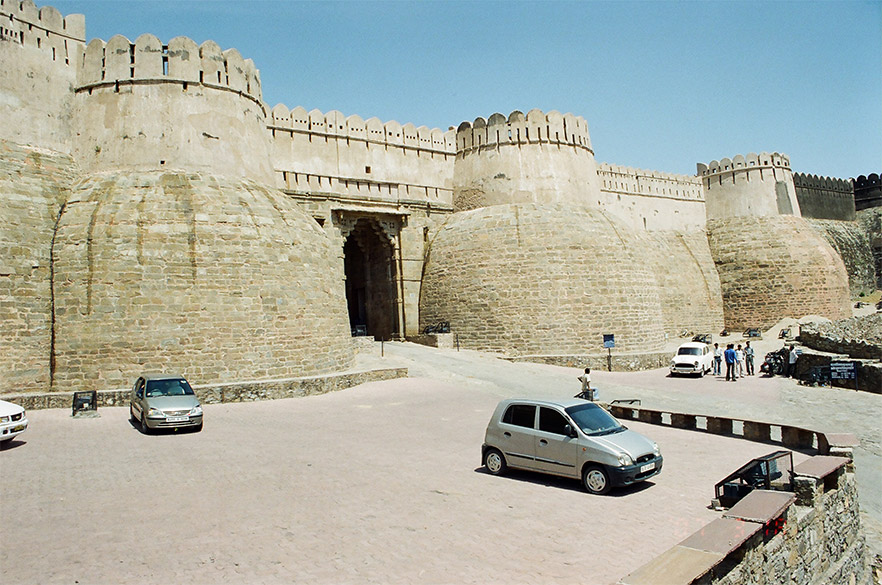 This is the main entrance to the fort. Gives you an idea of its imposing walls. Since the fort's highlight is its long wall the next few pictures are arranged in a manner by which you get a sense of 36kms wall.