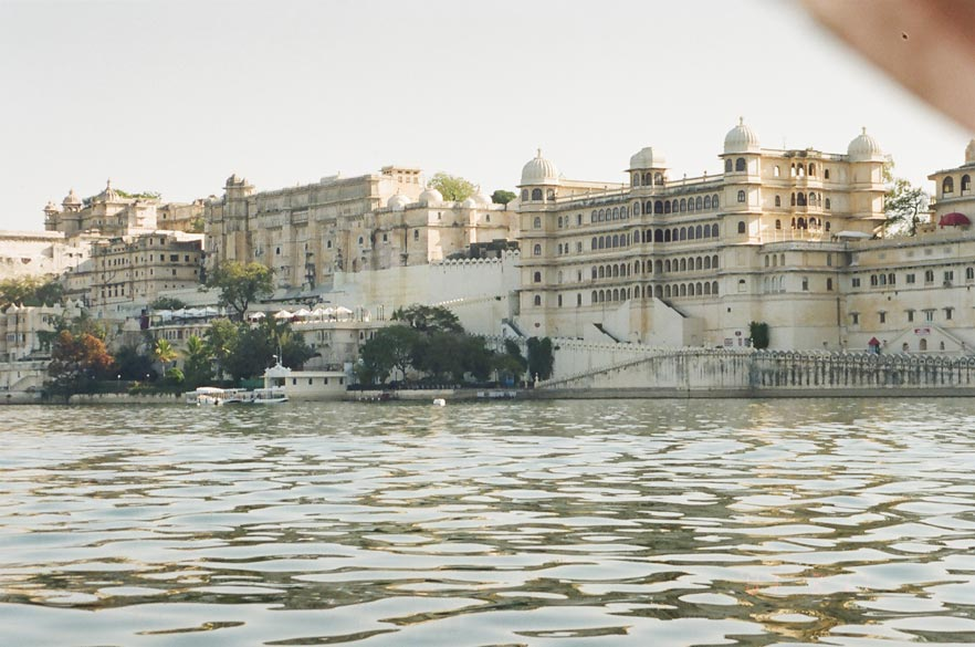 We took a pedal boat from Lal Ghat and covered Pichola Lake. Clicking pictures was very difficult what with hotel co ka motorboats leaving waves every time they passed by. What you see is the City Palace complex. On extreme left is Jagdish Mandir. Rana Udai Singhji started construction from Nan Chowki Mahal in the Rajya Aangan. Foundation stone was laid in this courtyard and coronation of King was held here in 1559. Maharana Udai Singh laid the foundation of this complex in the 16th century. Set on a hill overlooking the Pichola Lake is a white marble sprawling structure topped by domed pavilions and cupolas at different levels. The palace construction was in two main phases. One was from the late 16th to the early 18th centuries. Two was from the late 19th to the early 20th centuries. There were some minor extensions in the 20th century too. Altogether 22 Maharanas have built and added to the City Palace.