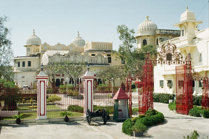 You see entrance to the residence of Arvind Siinghji the current Rana of Mewar. It is located just behind the Fateh Prakash hotel.