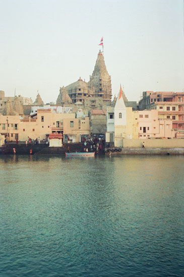 Another view of the temple and Gomti river. You can see a small boat in front. I used it to cross the river to an island and clicked Gomti ghat pictures from there. On the island too are a couple of temples.