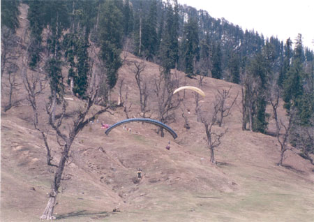 In summer Paragliding is organized on the slopes of Solang Nullah, about 13 kms north west of Manali. What you see are some paragliders.