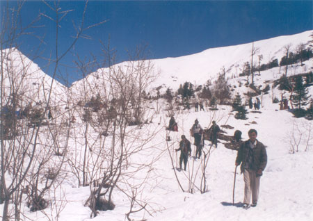In April there was too much of snow so we could not reach Rohtang. Here you see a tourists trekking enroute to Rohtang.