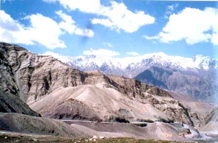Amazing picture, three cheers to Gargi. On the Leh Srinagar highway. Did you think hills could be beautiful?