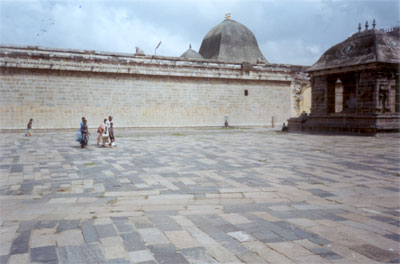 In front you see the wall that is on all four sides of the main temple. On the left the structure that you see has Nandi in it, the attendant of Lord Shiva.