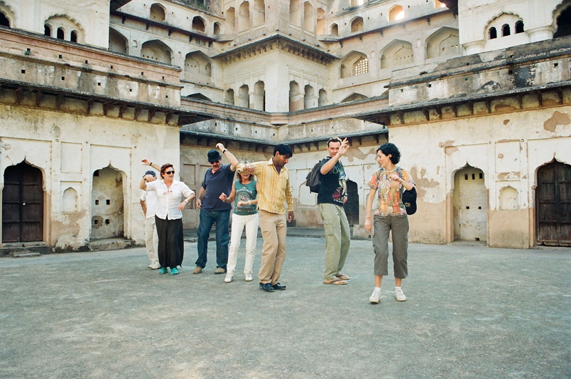 The deeply religious Madhukar Shah built Raj Mahal between 1554 and 1591. You see an enterprising guide dancing with Italian tourists. Guides of Orchha are very good at speaking foreign languages including Japanese.