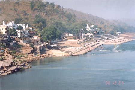 The Nagar community has recently constructed this very beautiful and clean ghat. What you see is an overview of the ghat.