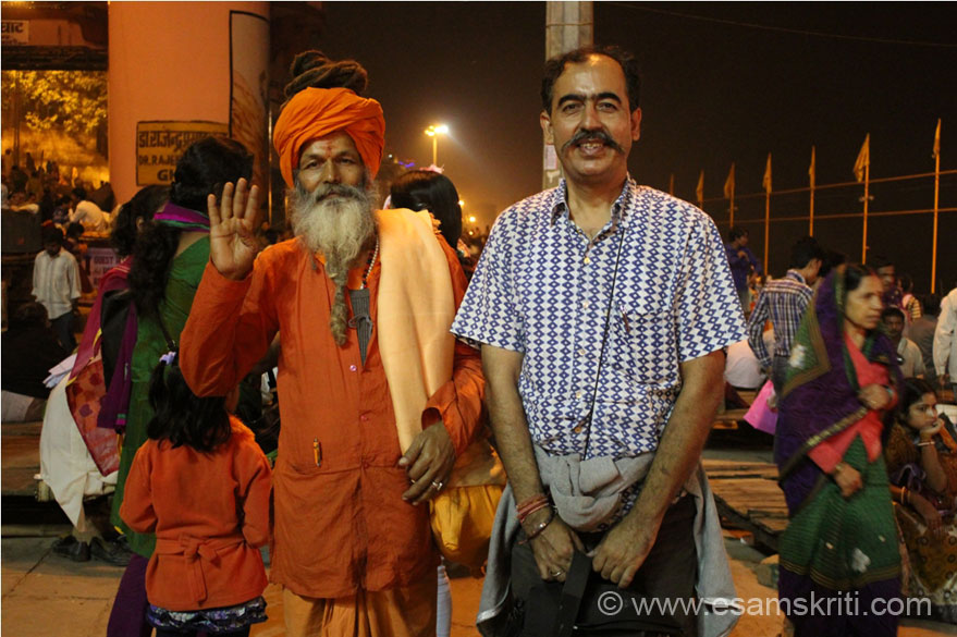 I was in Kashi to attend the Dev Deepavali Festival i.e. held on Kartik Purnima which also happens to be Guru Nanak Jayanti. U see me at the Dasashvamedha Ghat with a respected Swami from West